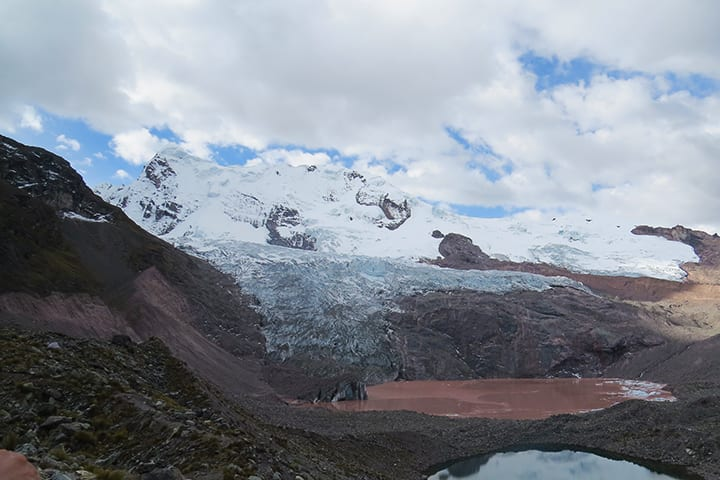 red lagoon in second day in ausangate trek